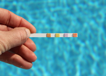 Vid o l 39 entretien d 39 une piscine objectif habitat for Cout d entretien d une piscine