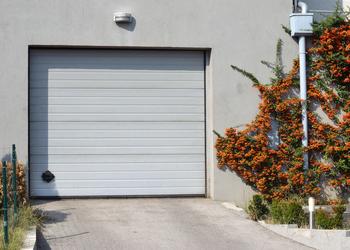 La pose d'une porte de garage sectionnelle motorisée